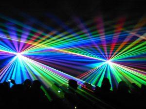 die Lasershow - Raumeffekt mit mehreren Lasereinheiten